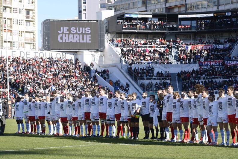 Le stade Mayol était Charlie, samedi (Crédit : FRANCK PENNANT / AFP)