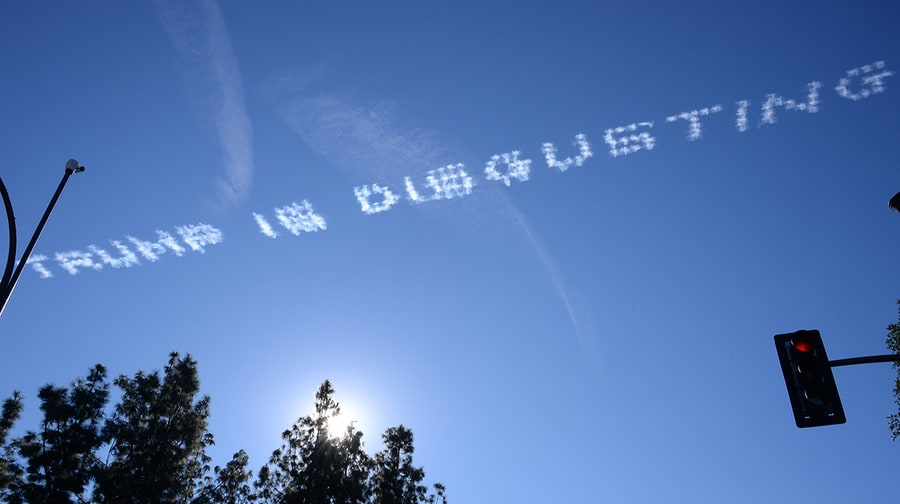 Messages anti-Trump tracés dans le ciel de Pasadena en Californie