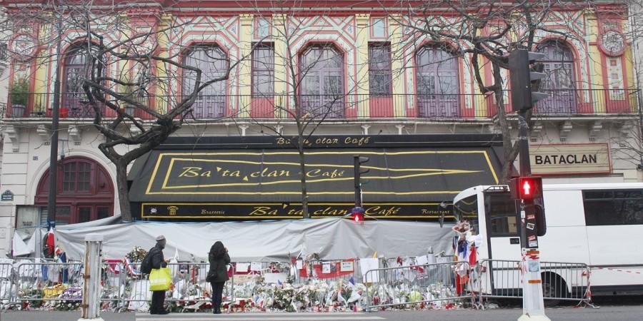 Des bouquets de fleurs déposés devant la salle de concert du Bataclan à Paris, où 90 personnes ont été tuées lors des attentats du 13 novembre 2015.