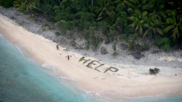 Trois marins échoués sur une île déserte du Pacifique ont été secourus en écrivant HELP sur le sable de la plage