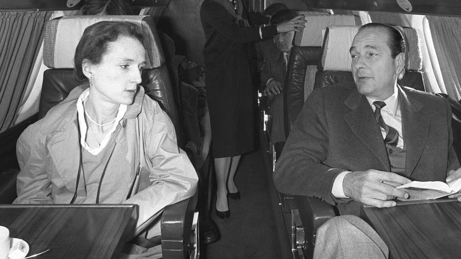 L'ex-président français Jacques Chirac (d) avec sa fille Laurence, le 26 avril 1981 à bord d'un avion à destination de Sarran en Corrèze