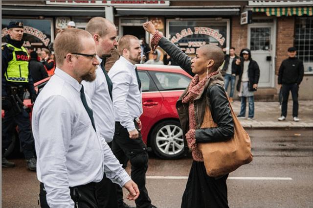 Le cliché de Tess Asplund, militante pacifiste brandissant le poing face à un cortège néo-nazi en Suède, a fait le tour du web.