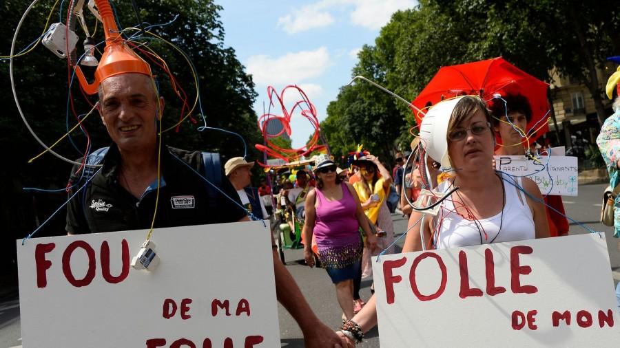 """Entre 250 et 300 personnes ont défilé samedi 11 juin à Paris lors de la """"Mad Pride"""", défilé ayant pour but de casser les préjugés dont souffrent les malades mentaux."""