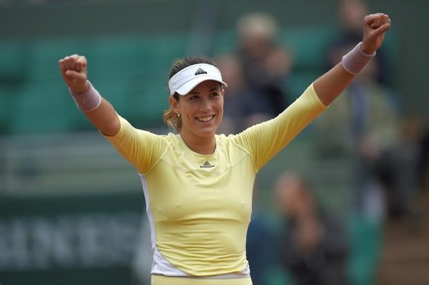 L'Espagnole Garbine Muguruza remporte la finale dames du tournoi de Roland Garros. Elle a battu en finale Serena Williams (7-5, 6-4).