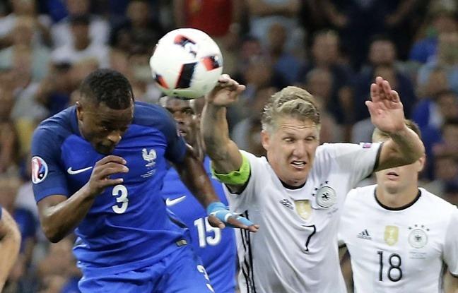 Certaines théories complotistes fleurissent sur le net, affirmant que l'UEFA a taillé un Euro 2016 sur mesure à l'équipe de France.