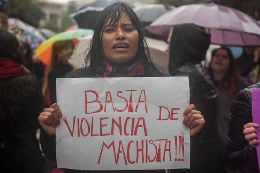 Des dizaines de milliers de personnes ont convergé, sous la pluie, sur l'emblématique place de Mai. EITAN ABRAMOVICH / AFP En savoir plus sur http://www.lemonde.fr/big-browser/article/2016/10/19/greve-des-femmes-et-mercredi-noir-en-argentine_5016560_4832693.html#Fw0LQvF7lqkteWLC.99