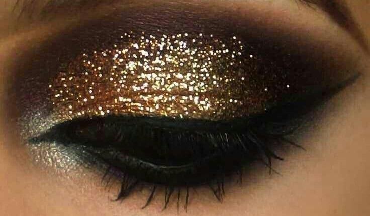 maquillage-pour-soiree-yeux-noirs-paillettes-dorees