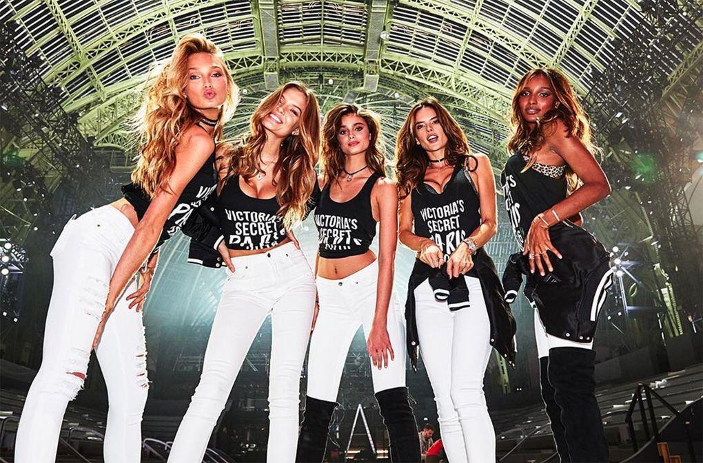 Romee Strijd, Josephine Skriver, Taylor Hill, Alessandra Ambrosio et Jasmine Tookes sous la verrière du Grand Palais