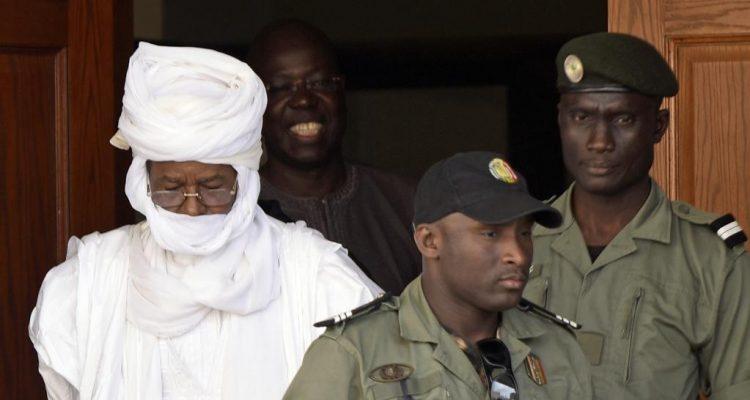 L'ex-président tchadien Hissène Habré sortant du tribunal de Dakar, le 3 juin 2015.