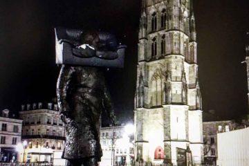 Un canapé a été déposé sur la tête de la statue de Chaban-Delmas à Bordeaux