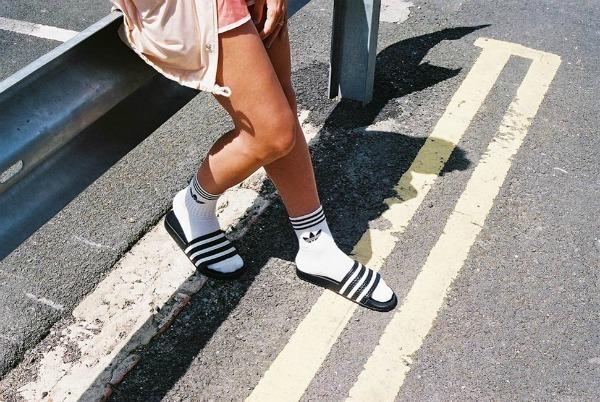 7ce346bfe70 Claquettes   chaussettes  « une tendance » controversée
