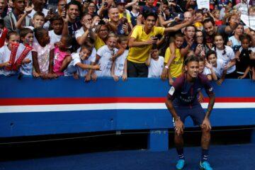 Neymar pose devant les supporters avant PSG - Amiens ©FootMercato