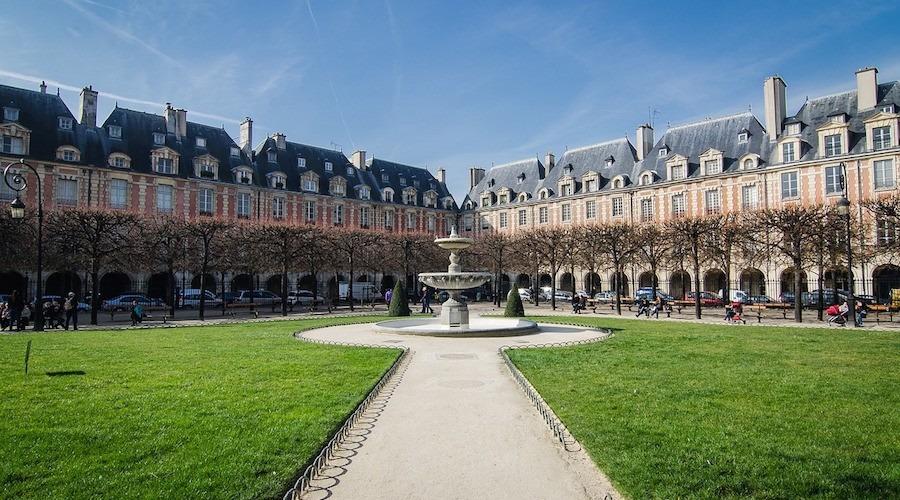 Vue depuis le centre de la Place des Vosges