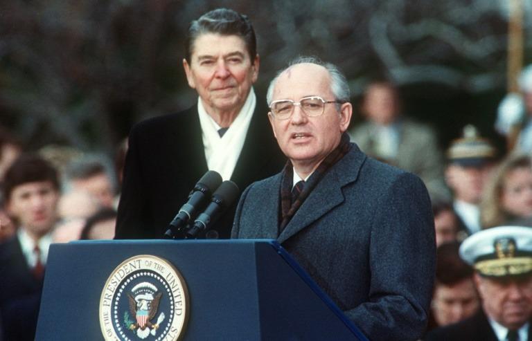 Ronald Reagan et Mikhaïl Gorbatchev lors d'un sommet sur l'armement nucléaire, le 8 décembre 1987 à Washington (crédit :  AFP/ Jérôme Delay)