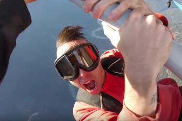 Le rappeur canadien Jon James est décédé en tombant de l'aile d'un avion sur lequel il tournait un clip (crédit : YouTube)