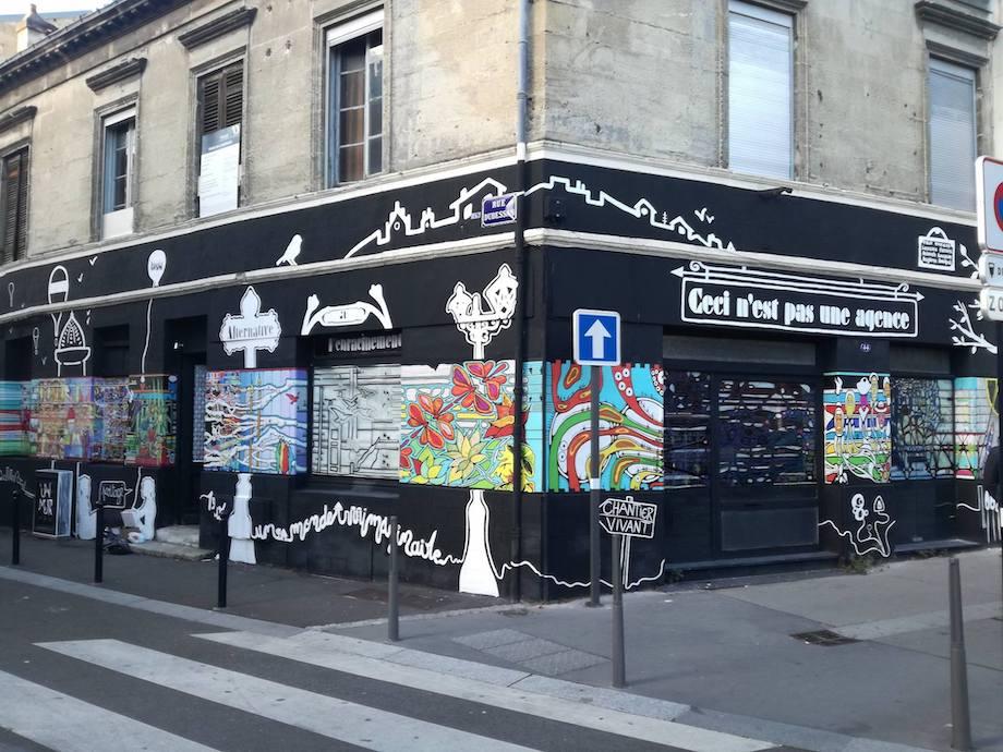 Exposition de Street Art sur la façade de l'agence éphémère de MAB