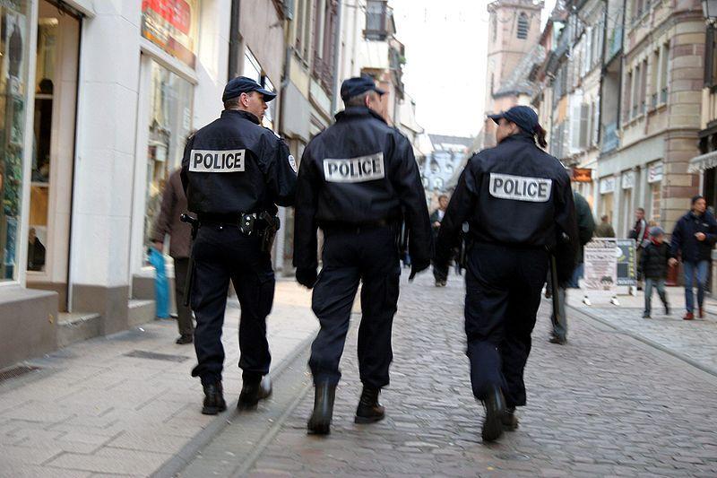 Policier en patrouille à Paris