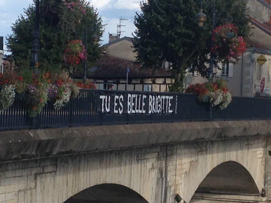 Une banderole déployée en soutien à Brigitte Macron — Périgueux