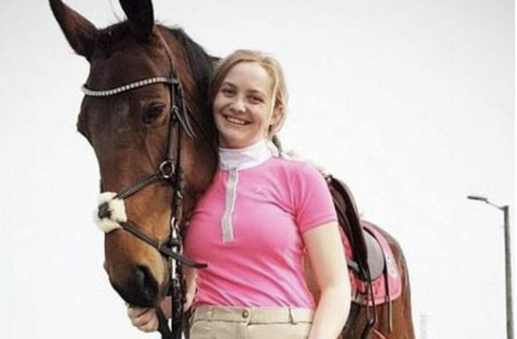 Pia, souriante, accompagné de son cheval quan,d celui ci était vivant