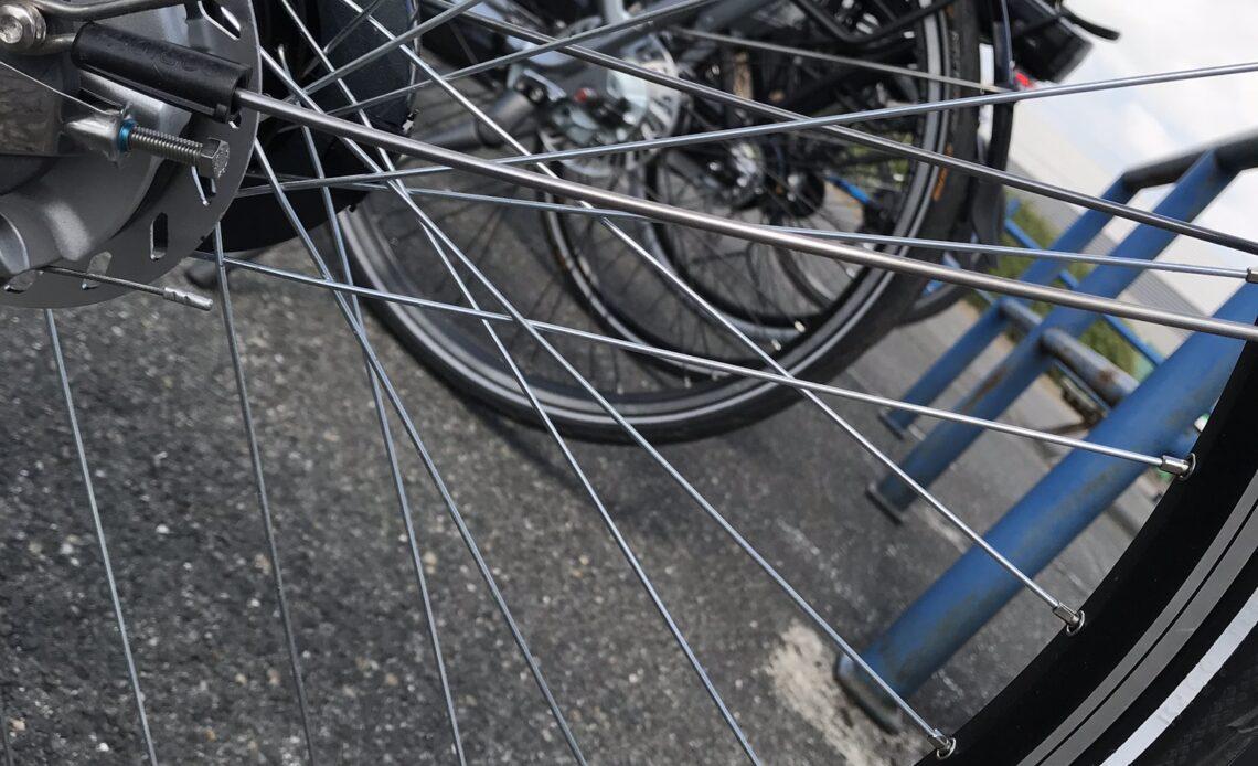 Image d'illustration de l'article, on voit des rayons de roue de velo