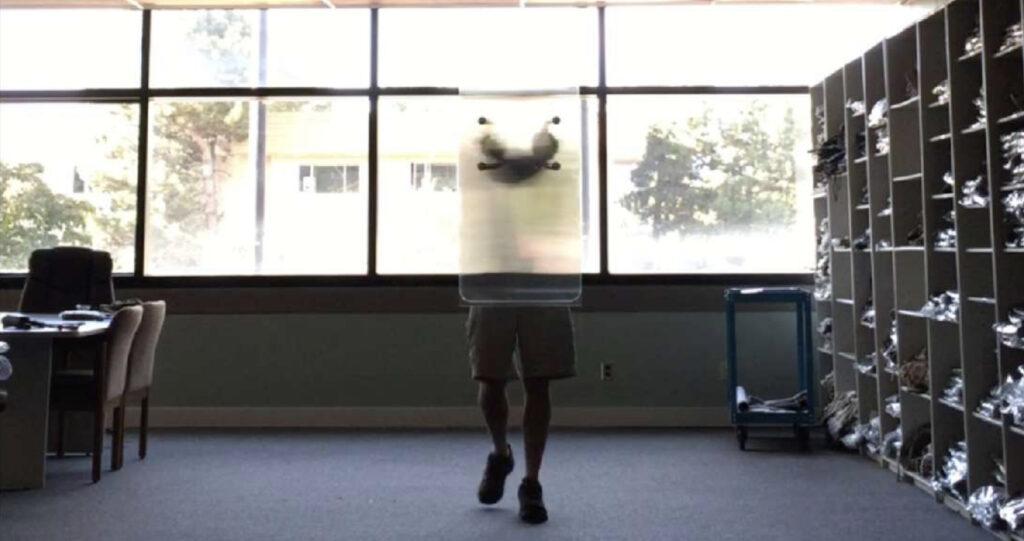Une personne cachée derrière un bouclier d'invisibilité