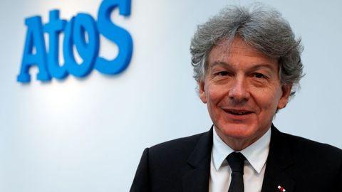 Thierry Breton devant le logo de son ancienne entreprise Atos