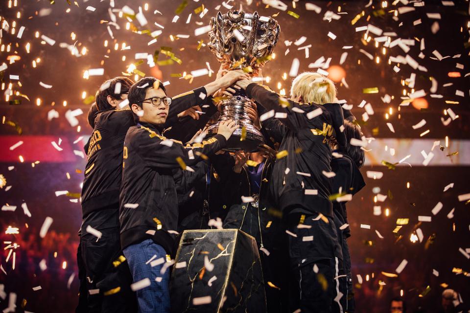 La Team FunPlus Phoenix soulevant le trophée