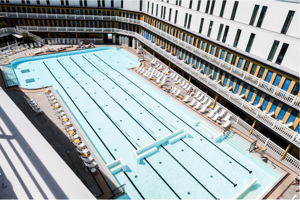 L' emblématique piscine Molitor en plein soleil au coeur de l'hôtel @Sebastien Giraud / Hotel Molitor