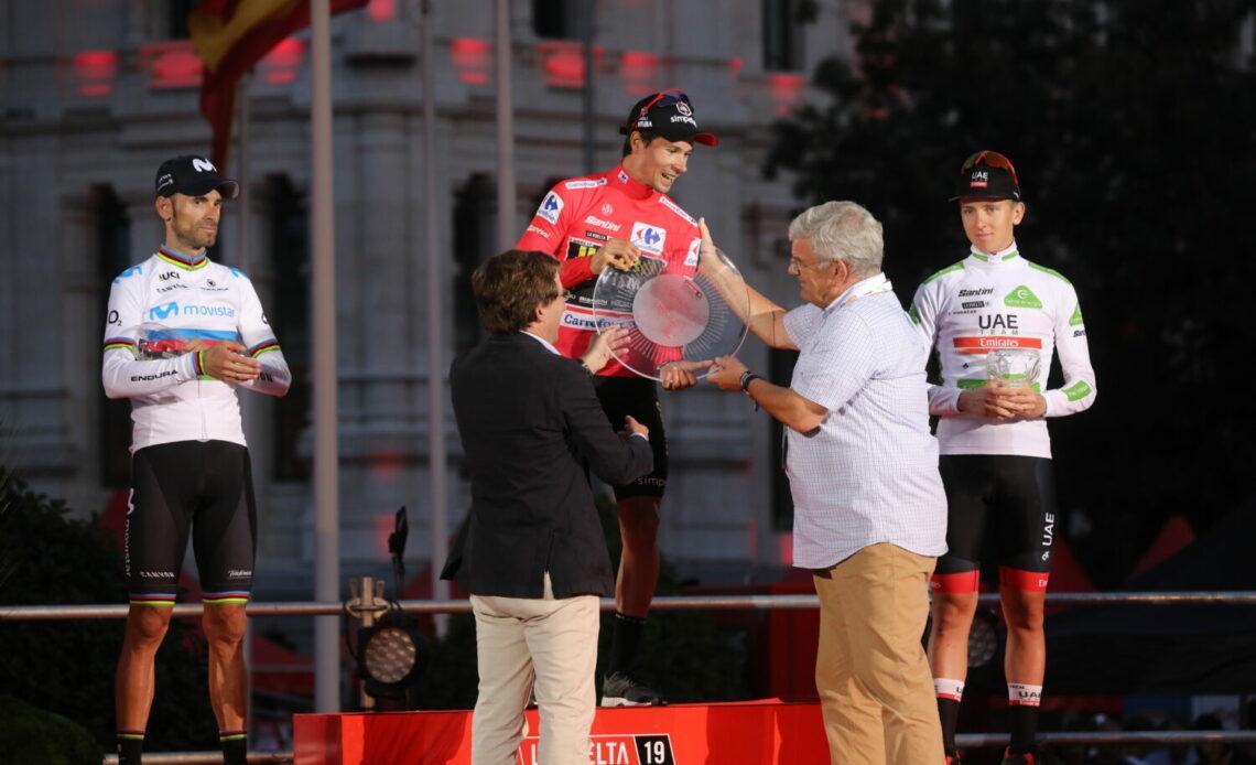 "Par <a rel=""nofollow"" class=""external text"" href=""https://diario.madrid.es/"">Diario de Madrid</a> — <a rel=""nofollow"" class=""external text"" href=""https://diario.madrid.es/blog/notas-de-prensa/almeida-entrega-el-primer-premio-de-la-vuelta-ciclista-a-espana-2019/"">Almeida entrega el primer premio de La Vuelta Ciclista a España 2019</a><a rel=""nofollow"" class=""external autonumber"" href=""https://diario.madrid.es/wp-content/uploads/2019/09/A72A4053-1500x1000.jpg"">[1]</a>, CC BY 4.0, Lien"