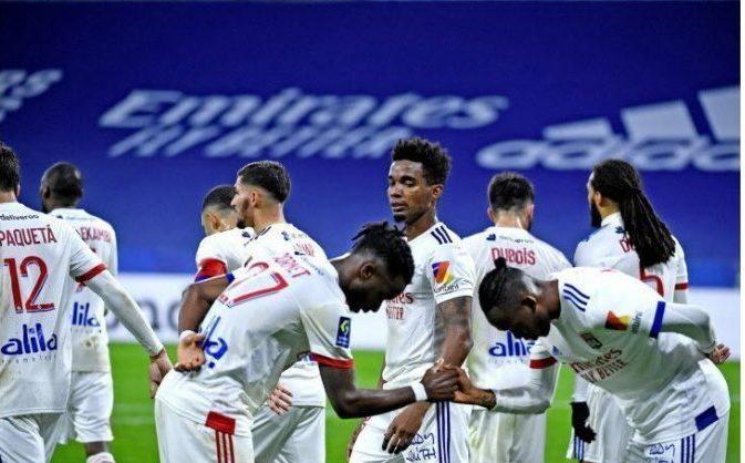 Les lyonnais célébrant le but du 3 à 0 contre le FC Nantes au Groupama Stadium